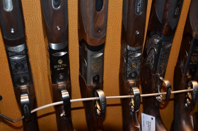 В одном месте торговались ружья и охотничьи карабины без цен оптики, по бросовым ценам 100-200$, но идеального...
